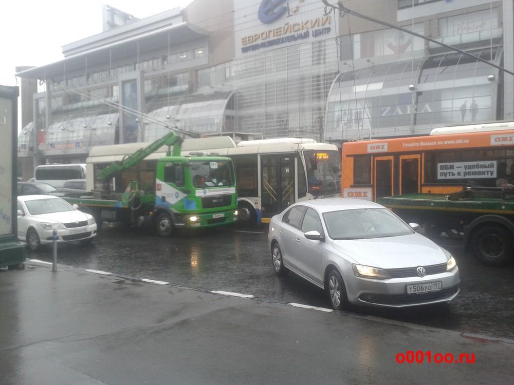 а549ре77 не дает проехать троллейбусам